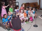 FW 2011 Dzieci przygotowują się do śpiewu.