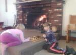 Polonijny Thanksgiving-najmłodsi graja w warcaby przy kominku