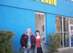 Wasilewscy przed budynkiem radia
